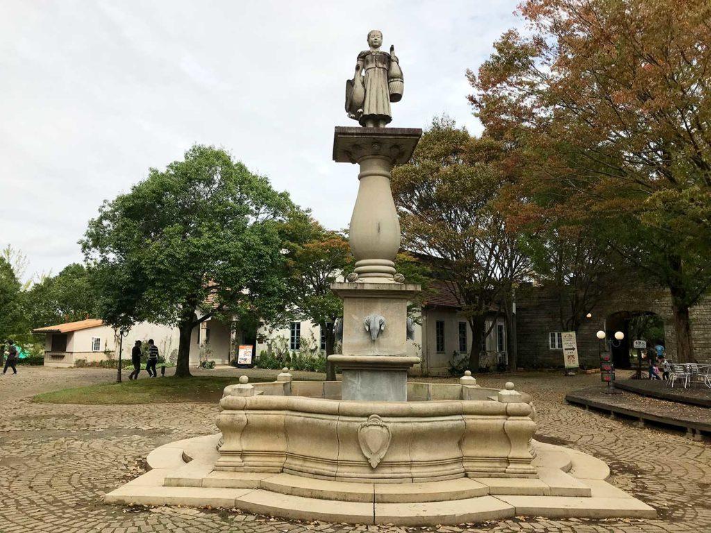 こもれび森のイバライドの町エリアの中心にいる石像さん