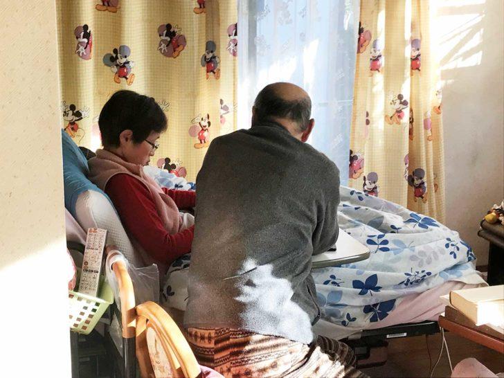 勉強する原田家の父と母